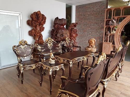Không gian phòng khách hiện đại có nên dùng bàn ghế gỗ nu không