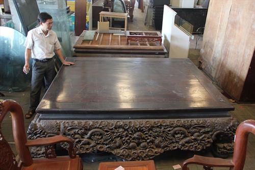 Sập gỗ trắc giá 1,5 tỷ tại kho đồ cũ Hà Nội