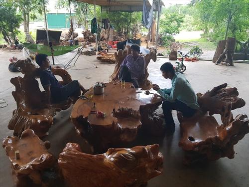 Ngắm bộ bàn ghế gỗ nu kháo đẹp và độc nhiều người muốn sở hữu